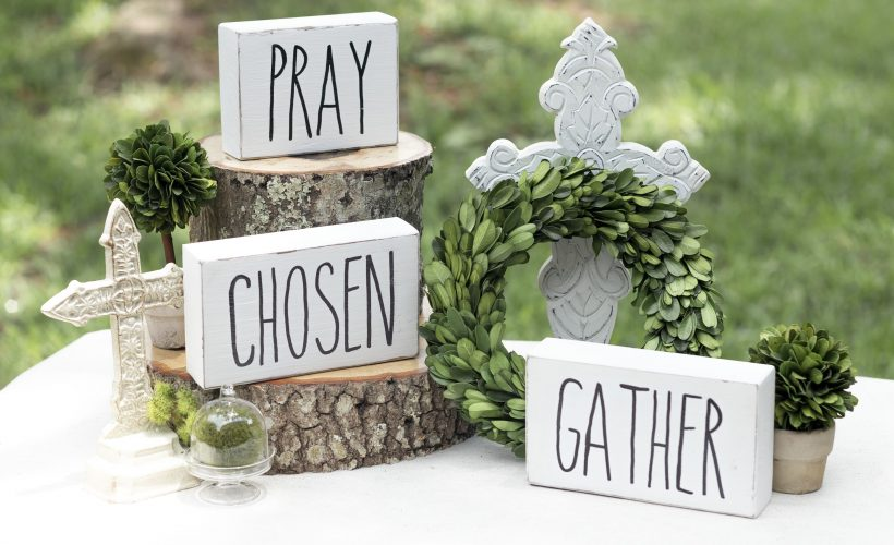 Hand painted block signs. Pray, chosen, and gather signs vignette #raedunn #woodsigns #chalkpaint #kippiatome