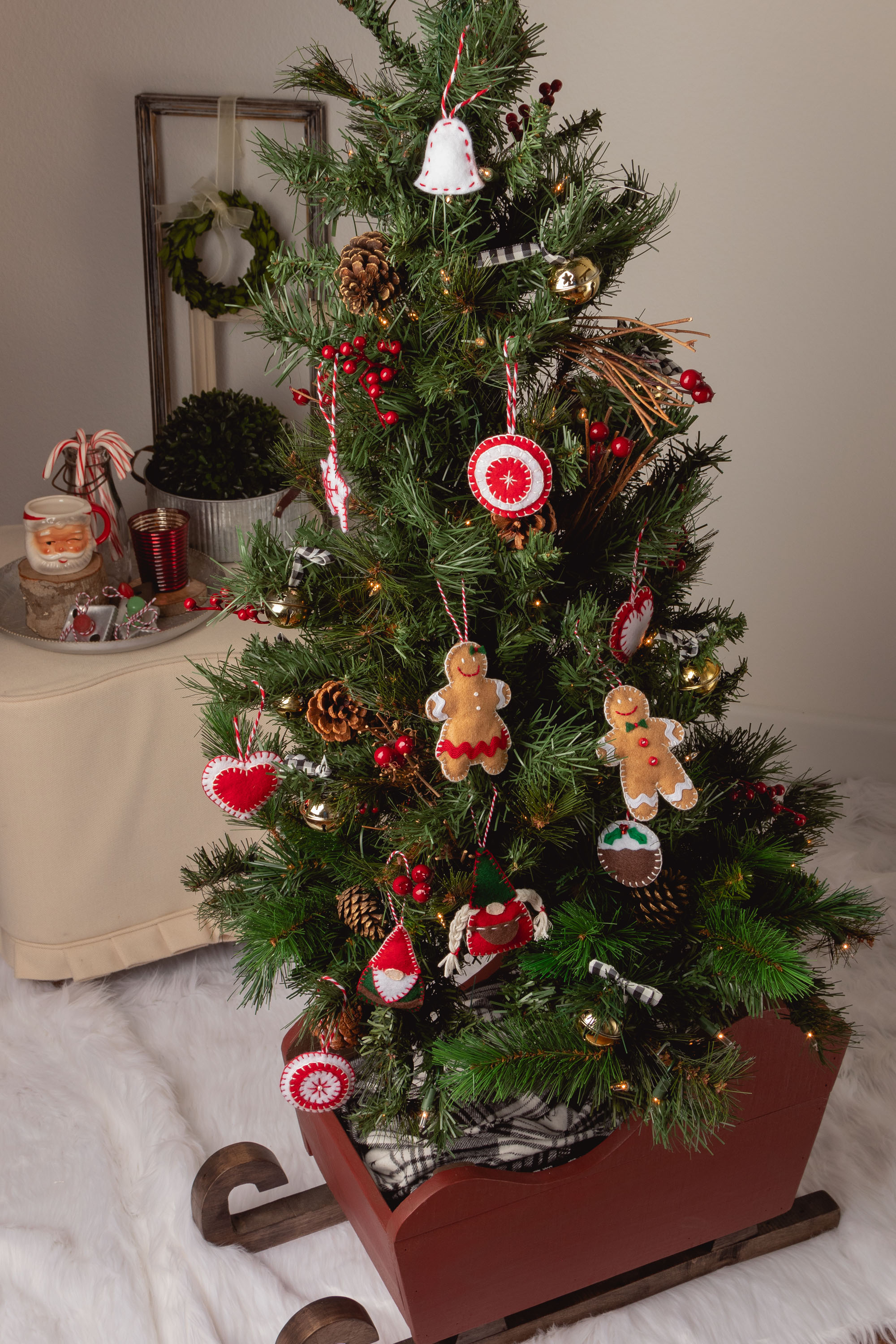 Christmas tree with Easy Felt Christmas Ornaments