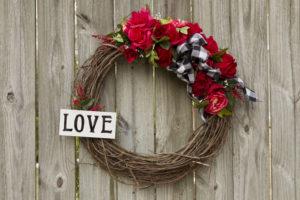 Valentine's Wreath DIY, Beautiful Valentine's Wreath DIY, Bow making, Video How To, Wood Sign #woodsign #valentinewreath #heart #buffalocheck #kippiathome