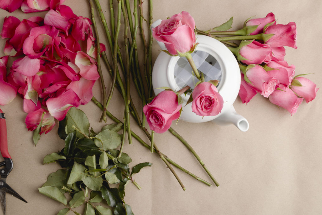 Crisscrossing roses, teapot arrangement DIY