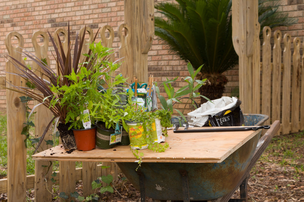 Makeshift potting table to the rescue, easy step by step hanging baskets