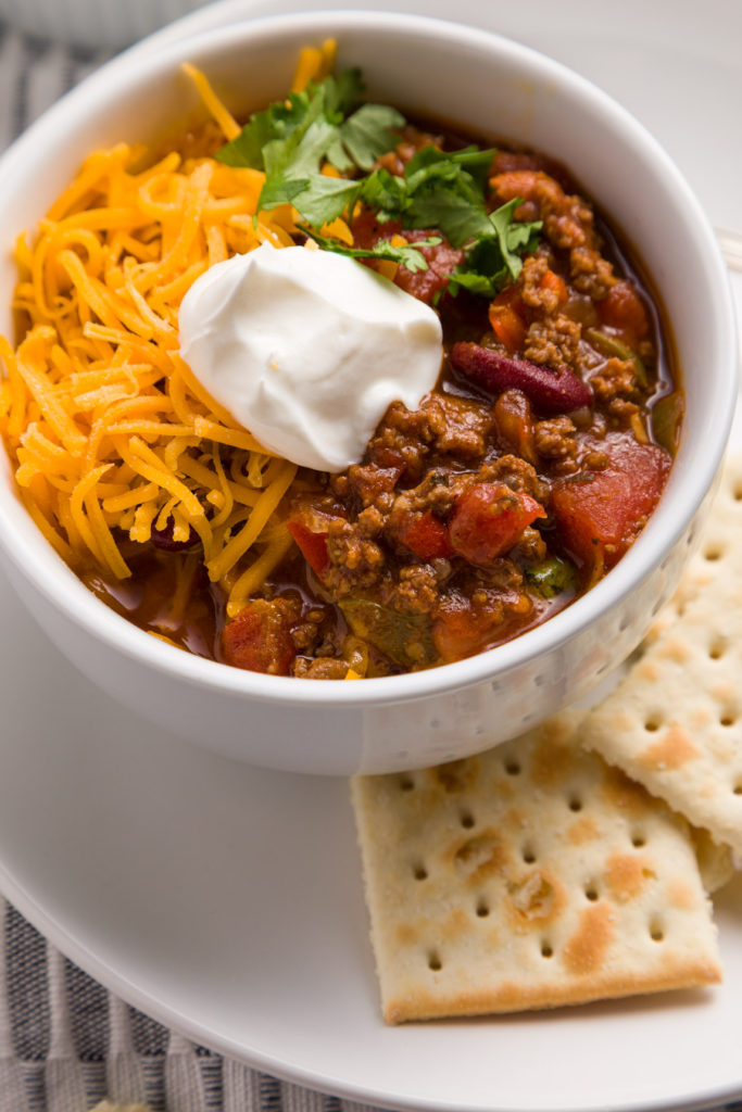 Beef chili served with saltine crackers