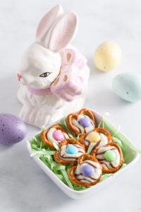 Easter Treats Pretzel Hugs