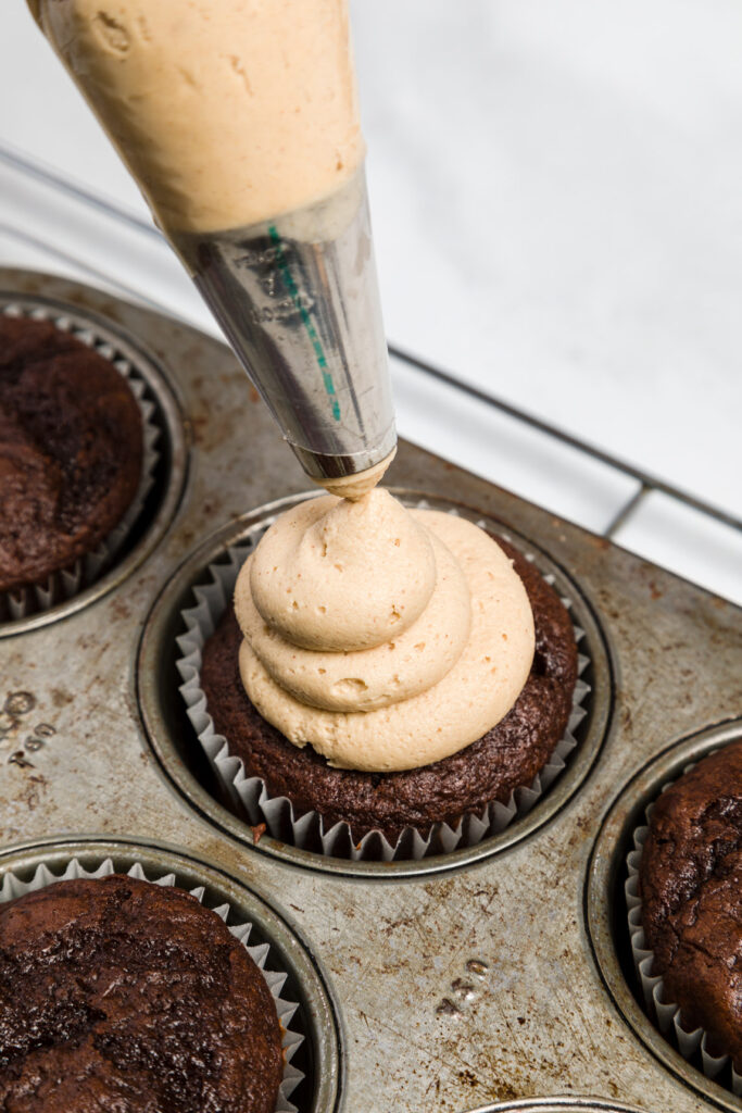 Using the 1A tip frost the cupcakes