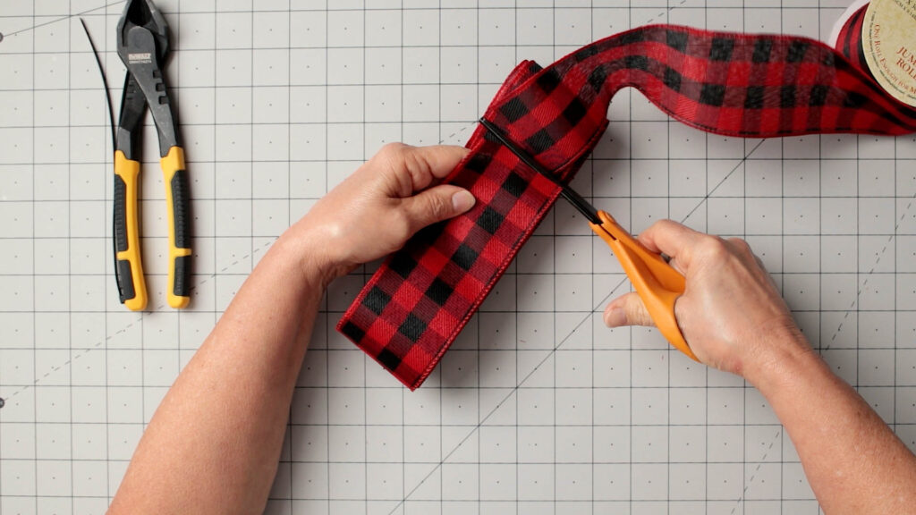 Cut the three loops of ribbon