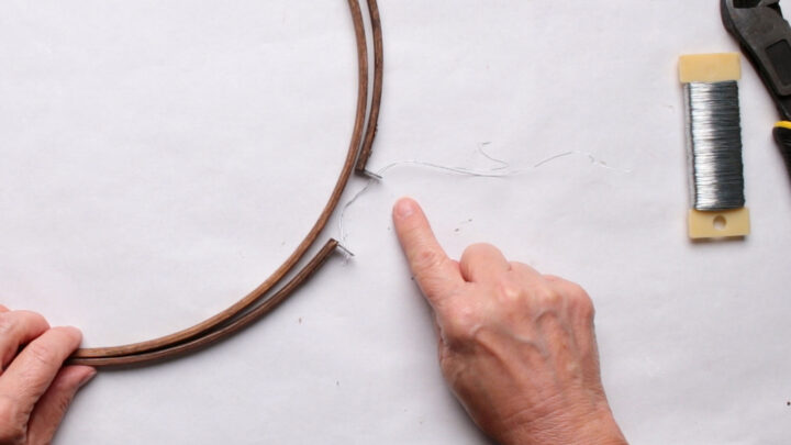Hoop with metal eyes with wire to close it